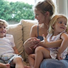 On lui dit que les enfants qu'elle doit garder ont des problèmes de santé : la baby-sitter part immédiatement