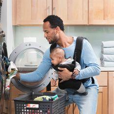 Non, il ne faut jamais utiliser d'adoucissant sur les vêtements de bébé. Un expert explique pourquoi