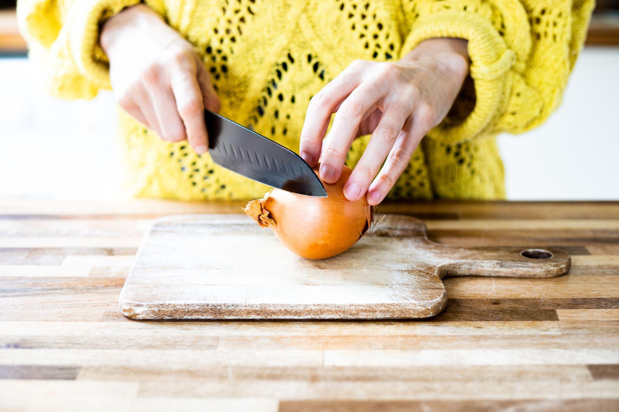 La technique pour découper les oignons sans pleurer !
