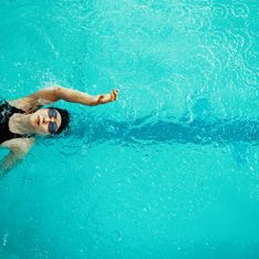 Interpellée par un maître-nageur à la piscine, on lui reproche un maillot de bain trop échancré