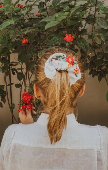 Scrunchies per i capelli: è l'ultima moda dell'hair styling