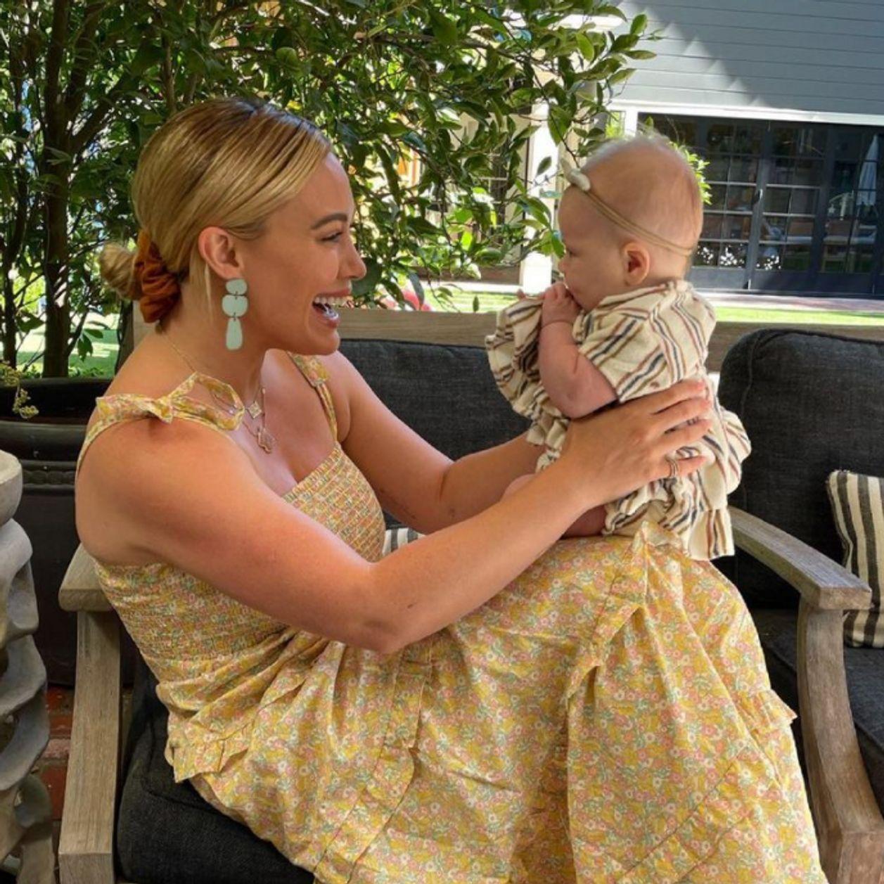 Hilary Duff dévoile des photos intimes de son accouchement à la maison