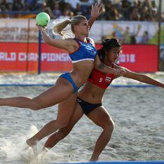 Des joueuses professionnelles de beach handball obligées d'enlever leur short pour jouer en bikini