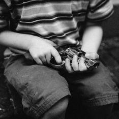 Un enfant de 2 ans se tue après avoir trouvé une arme dans un sac