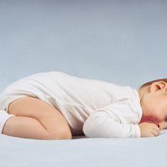 Bébé dort sur le ventre, est-ce grave ?